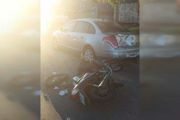 Motociclista colisionó un auto estacionado y resultó herido
