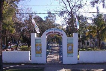 Encontraron a 4 hombres teniendo sexo con una joven en los baños del Parque Gazzano
