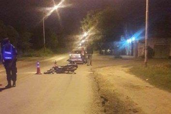 Auto frenó de golpe por una loma de burro y un motociclista lo colisionó de atrás