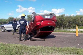 Conductor perdió el control  del vehículo y termino volcando