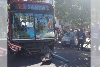 Colectivo impactó un auto: hay tres personas heridas