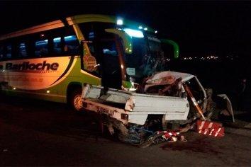 Camioneta intentó subir a la ruta y fué embestida por un colectivo: hay 4 muertos