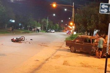 Un joven se encuentra en grave estado luego de colisionar en su moto contra un auto