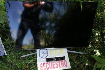 Policía secuestró dos televisores que estaban ocultos en un descampado