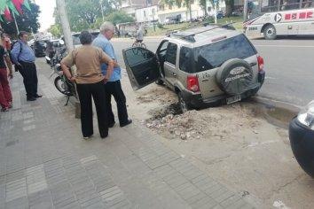 Una camioneta cayó a un pozo sin señalizar en Paraná
