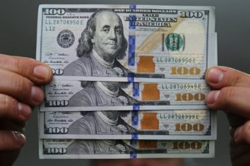 """El dólar mayorista cayó y volvió a perforar la """"zona"""" de intervención"""