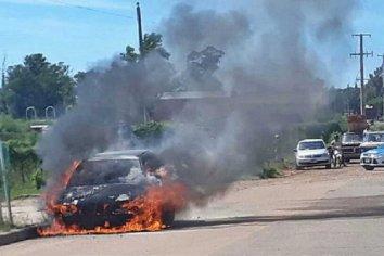 Un vehículo se incendió mientras circulaba por la calle