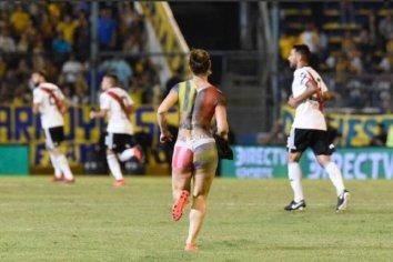 Entró a la cancha semidesnuda al partido entre  River y Rosario Central : Mira el video