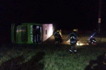 Un muerto y 30 heridos tras el vuelco de un micro en Miramar