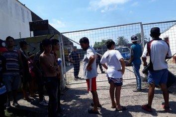 Con un toma pacífica, trabajadores reclaman a intendente de Cambiemos que pague los sueldos adeudados