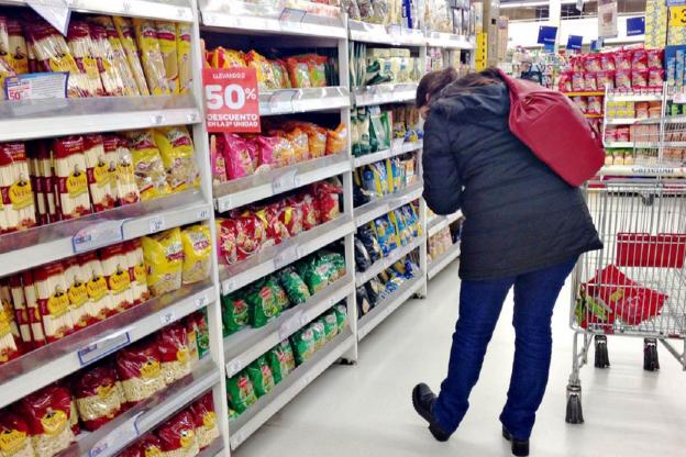 El consumo en supermercados y autoservicios cayó 19% interanual en abril