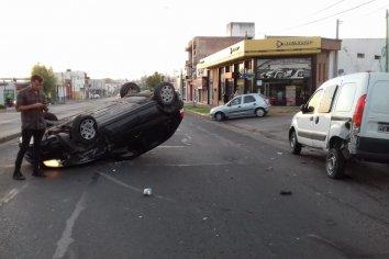 Violento choque y vuelco sobre calle  Almafuerte