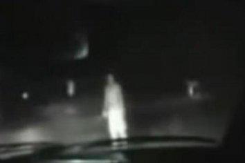 Vió una mujer al costado de la ruta, pero cuando detuvo el auto se esfumó!