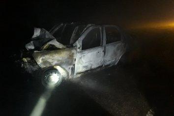 Automóvil se incendio por completo al chocar contra un camión