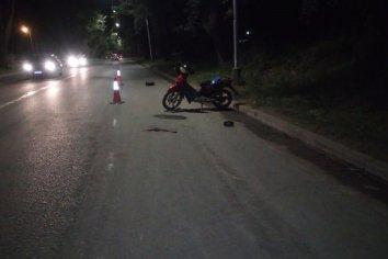 Un joven perdió el control y cayo fuertemente sobre el asfalto