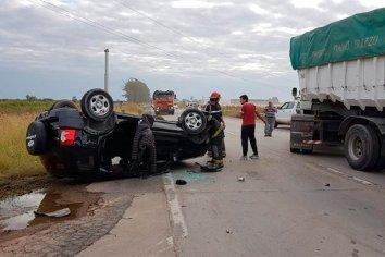 Una familia de Paraná volcó en ruta de Córdoba tras chocar con camión