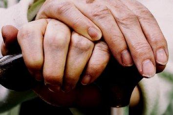 Engañaron a una anciana, la ataron de pies y manos y le robaron