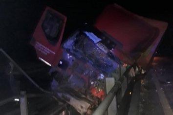Camionero se durmió, chocó y casi cae al agua