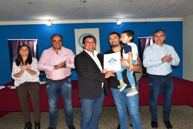 Se entregaron escrituras de viviendas a familias de Basavilbaso y Concepción del Uruguay