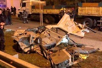 La Policía los quiso detener y chocaron contra un camión: murieron cuatro jóvenes