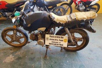 La policía encontró una moto en una zanja