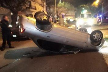 Impresionante choque y vuelco en calle Colón