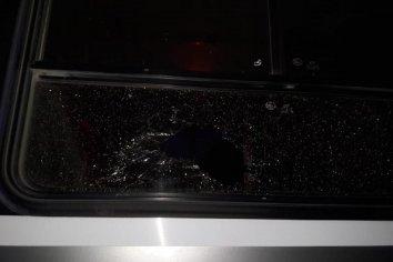 Detuvieron a un hombre por arrojar piedras a un colectivo en Avenida Almafuerte