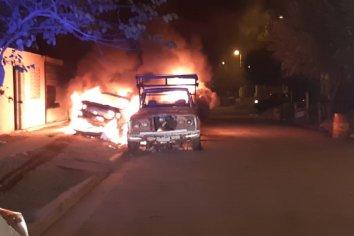 Se incendiaron 3 vehículos en un barrio de Paraná