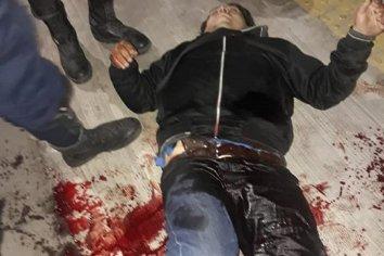 Robaba un kiosco, guardó el arma en el bolsillo, se le disparó y murió