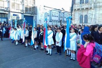 Más de 600 alumnos juraron lealtad a la bandera en la Plaza Mansilla