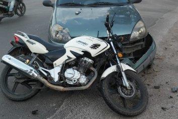 Un mujer que conducía un automóvil colisionó a un motociclista