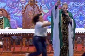 En plena misa, una mujer empujó y tiró del escenario a un  sacerdote