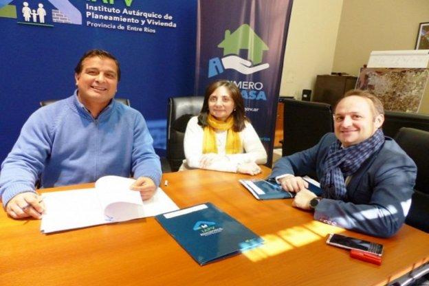 La provincia rubricó el contrato para la terminación de viviendas en El Pingo