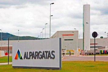 """""""Alpargatas"""" vendió sus fábricas locales y deja la industria textil"""