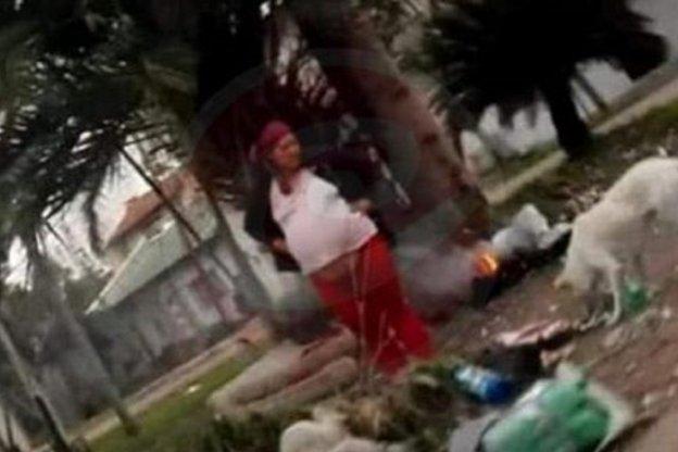 Indigente embarazada cocina gatos y perros y los come en una plaza