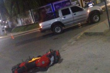 Fuerte colisión entre una camioneta y una motocicleta