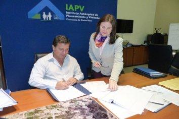 Se rubricó el contrato para construir nuevas viviendas en Arroyo Burgos
