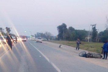 Un automóvil chocó una motocicleta con dos ocupantes a pocos metros de la entrada a San Bemito