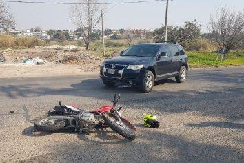 Motociclista intentó sobrepasar un automovil y terminó chocando