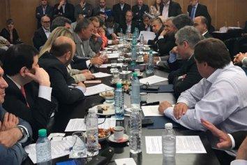Cumbre urgente de gobernadores para rechazar el paquete de Macri