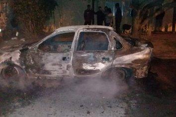 Un auto se incendió tras explotar su motor