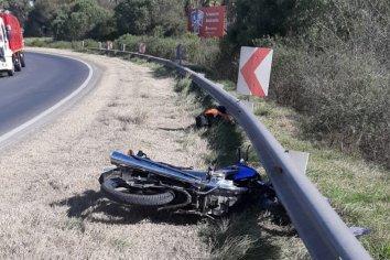 Perdió el control de su motocicleta y cayó en una curva