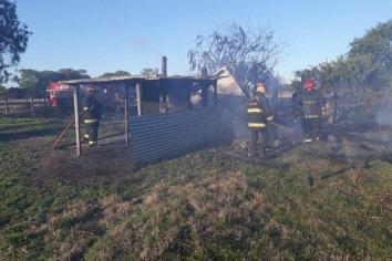 Una quema de pastizales se propagó e incendió una precaria vivienda