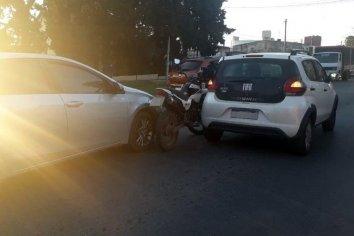 Un automóvil encerró a motociclista y ocasionó un accidente