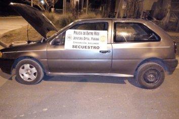 Se robaban un auto empujándolo y fueron detenidos