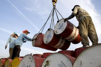 Suspendieron a 1.000 petroleros tras el congelamiento del precio del crudo