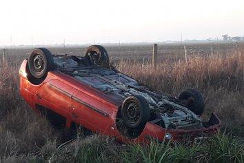 Automóvil terminó volcado en la banquina luego de perder el control