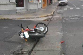 Chocó a un motociclista y se dio a la fuga