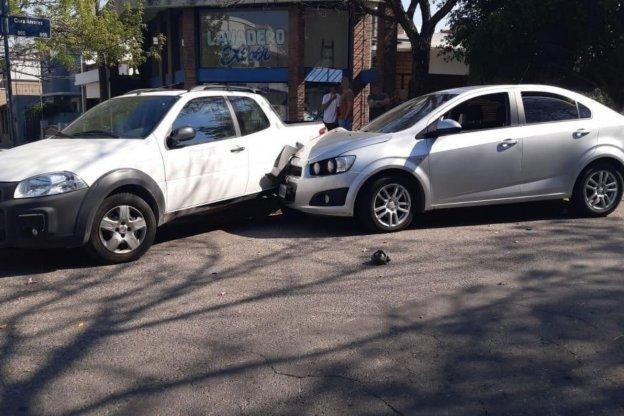 Automóvil perdió el control y chocó a otro que estaba estacionado