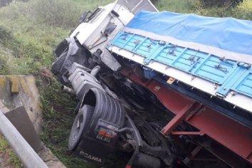 Camionero chocó un guardarrail y cayó bajo un puente